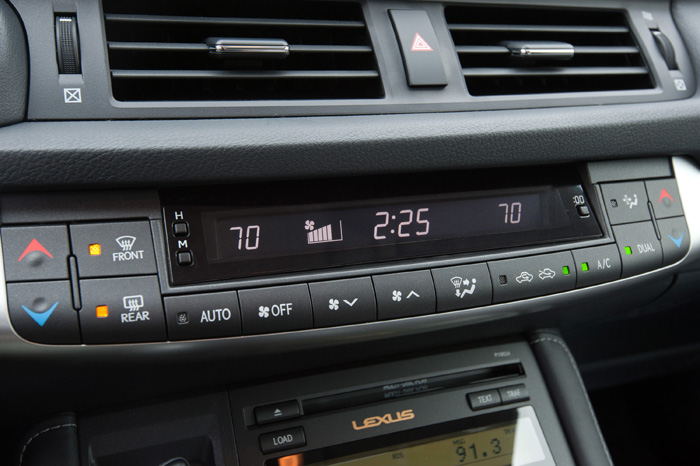 2013_Lexus_CT_200h_AutoClimateControl_048