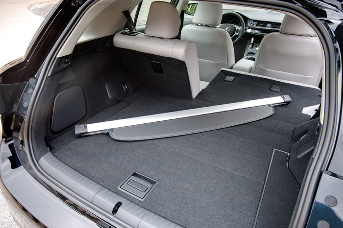 2013_Lexus_CT_200h_SplitRearSeat_043