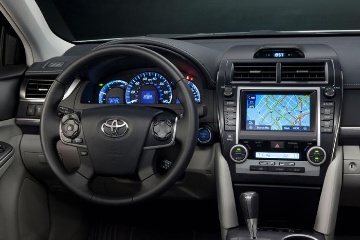 2012_Toyota_Camry_Hybrid_DashCU_700x467