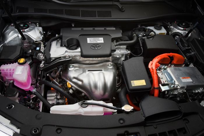 2012_Toyota_Camry_Hybrid_Engine_700x467